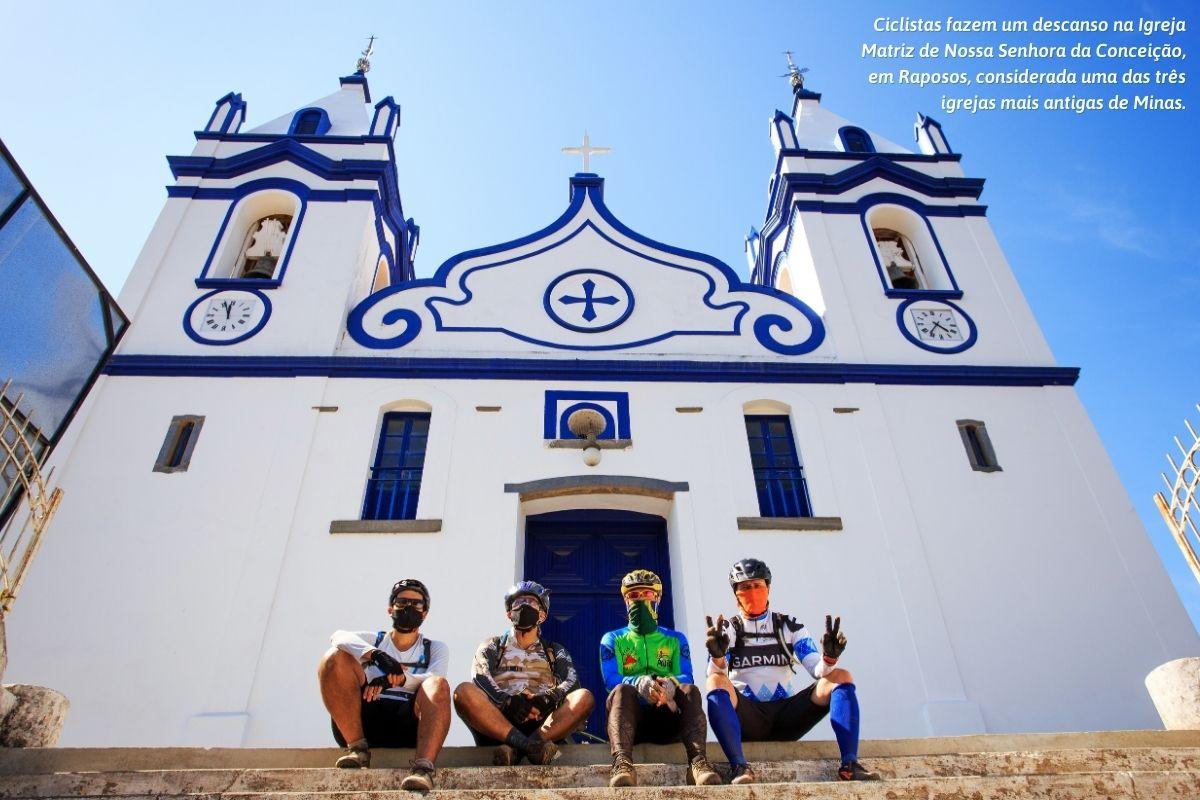 Ciclistas fazem um descanso na Igreja Matriz de Nossa Senhora da Conceição, em Raposos, considerada uma das três igrejas mais antigas de Minas.